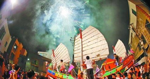 7日深夜,芸美村村民将王船抬往燃烧地点。