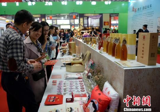 两岸青年文创产品引众多市民参观。 王东明 摄