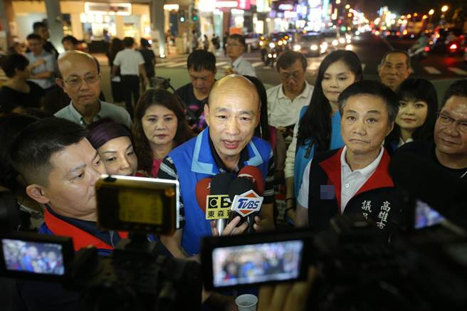 韩国瑜接受采访。