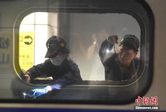 资料图:台湾台铁1258次区间车2016年7月7日晚10时行驶到台北市松山车站时发生爆炸起火,24名乘客遭受轻重伤。图为警员在爆炸现场提取证据。 中新社记者 徐冬冬 摄
