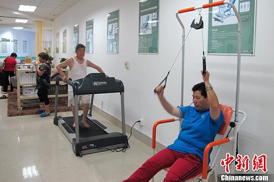 资料图:在厦门市思明区莲前街道便民服务中心内,辖区老年人正在日托服务中心健身康复训练保健室内健身锻炼。中新社发 杨伏山 摄