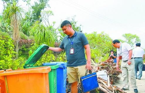 考评人员在植物园检查垃圾分类情况。
