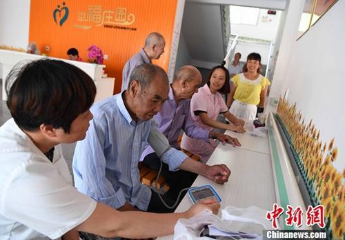 资料图:福建省沙县高砂镇卫生院的医护人员为住在敬老院的老人进行体检。中新社记者 张斌 摄