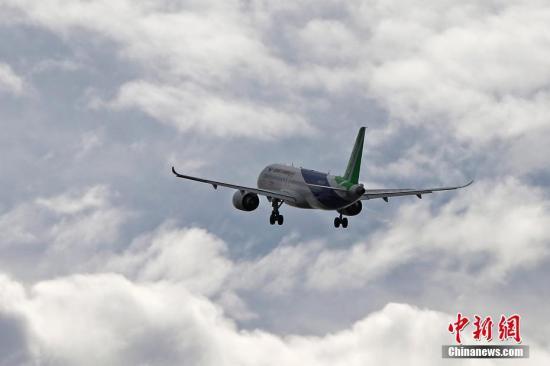 11月10日上午11时38分,中国商飞C919客机的101架机在上海浦东机场第四跑道顺利起飞,飞往西安阎良机场。 殷立勤 摄