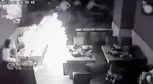 视频截图:台湾地区彰化县溪湖镇一家火锅店疑因店员更换瓦斯不慎引发爆炸,造成7人受伤。