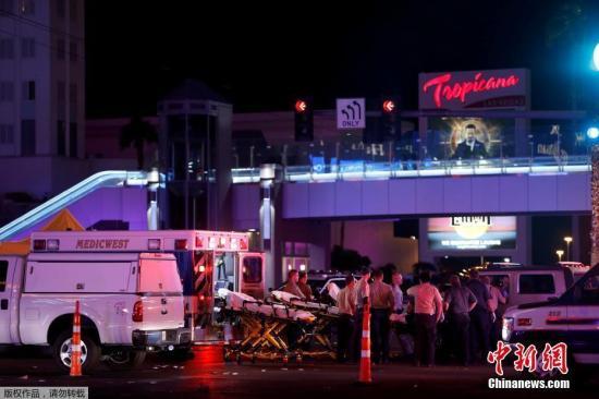 当地时间10月1日晚,拉斯维加斯曼德列湾赌场酒店附近发生枪击案。有目击者称,事发时,枪手从高处向人群射击,枪声持续时间超过5分钟。