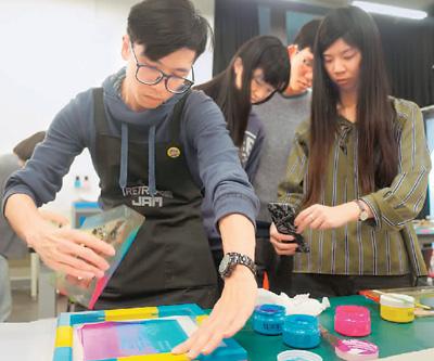 台湾大学学生参与创新设计学院的绢印体验课。(资料图片)