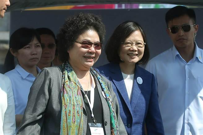 图为蔡英文(右二)在高雄市长陈菊(中)。
