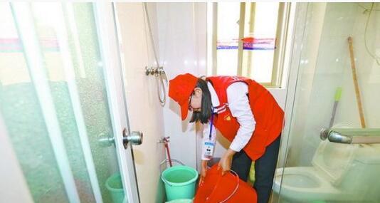 志愿者把水送到部分居民家中。