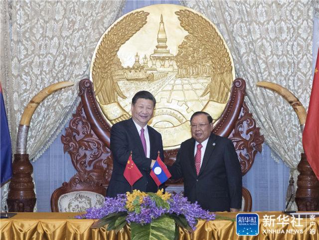 11月13日,中共中央总书记、国家主席习近平在万象国家主席府同老挝人民革命党中央委员会总书记、国家主席本扬举行会谈。这是会谈后,习近平和本扬共同见证中老经济走廊建设、基础设施建设、数字丝绸之路、科技、农业、电力、人力资源、金融、水利等领域合作文件的签署。新华社记者 王晔 摄