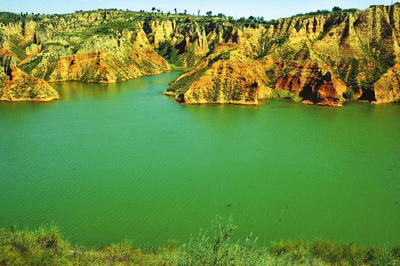黄土地上的小湖泊。