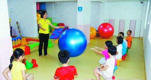 专业的感统训练让孩子在游戏和玩乐中刺激大脑功能。