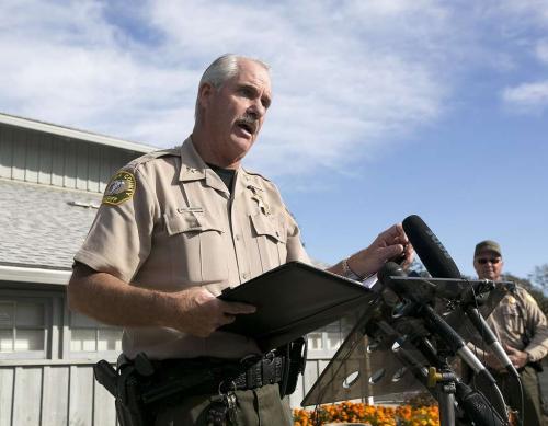 副警长约翰逊介绍枪击案情况。