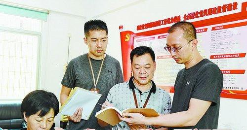 禾山街道纪工委工作人员到坂尚社区党风廉政建设工作站核查有关问题线索。