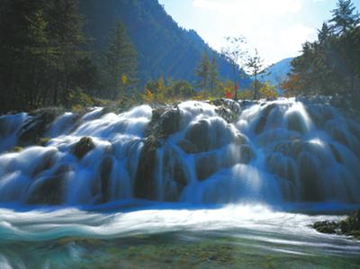 新景点双龙海瀑布水量充沛