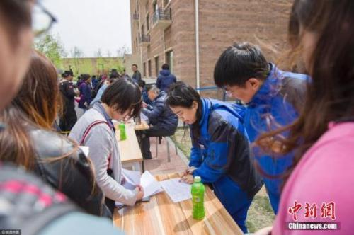 资料图:申请人在北京燕保·马泉营家园公租房项目排队办理公租房登记手续。来源:视觉中国