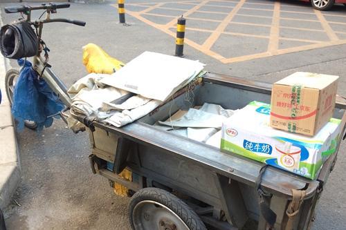 在北京西城区百万庄附近送货的快递临时工车上放着要派送商品。中新网 邱宇 摄