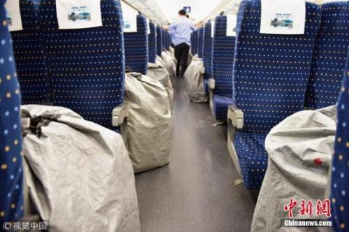 图为高铁车厢内的快递物品。 李坚强 摄 图片来源:视觉中国