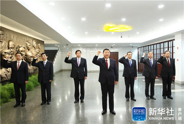 ↑2017年10月31日上午,习近平带领其他中共中央政治局常委同志在上海中共一大会址纪念馆一起重温入党誓词。