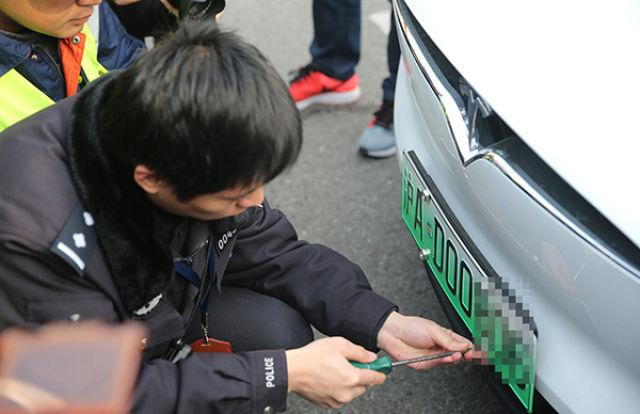 ↑此前,上海、南京、无锡、济南、深圳等5个城市已试点发放新能源汽车专用号牌11万副。