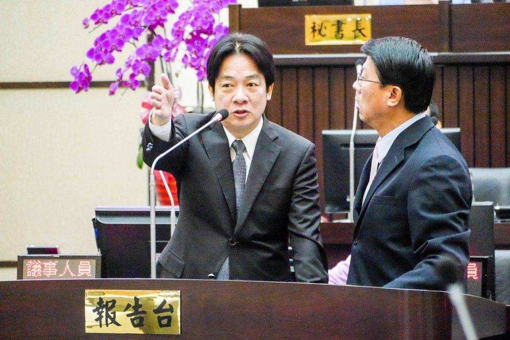 国民党议员谢龙介(右)与台南市长赖清德(左)在议会场上互杠
