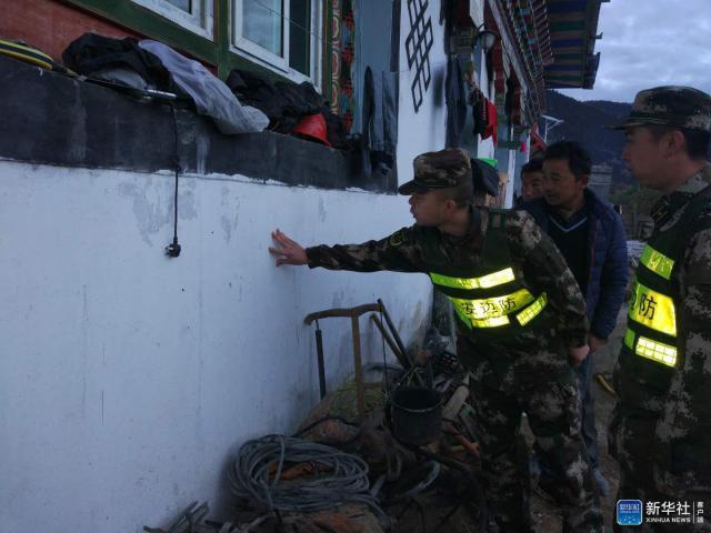 ↑11月18日,林芝边防支队派镇边防派出所官兵在地震发生后,在辖区查看灾情