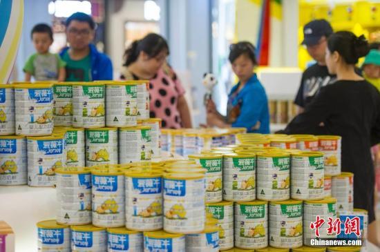 图为游客在海南三亚海棠湾免税购物中心选购免税奶粉