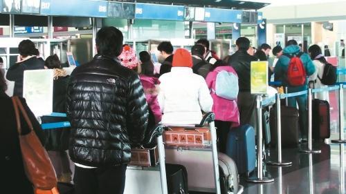 近年台商、台生大举赴大陆,不论报到、办票或安检,均可见排队人潮。