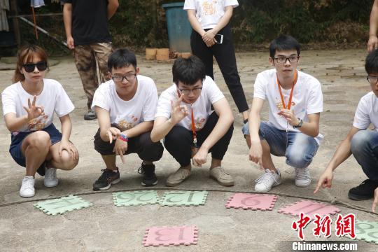 资料图:台湾学生正在进行拓展训练。 唐哲威 摄