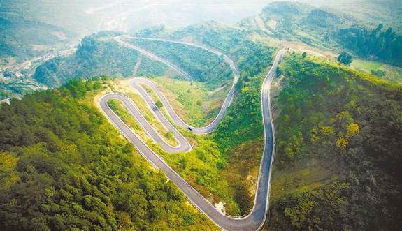 南川区三泉镇窑湾村,这条蜿蜒曲折的乡村公路成为村民的致富路。记者 郑宇 摄