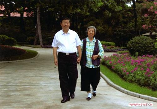 这是习近平陪母亲齐心散步。