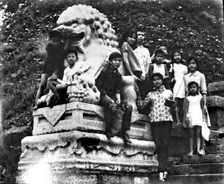 图为20世纪60年代,奔舍那家族的孩子们在北京一处公园合影。(照片由奔舍那家族提供)