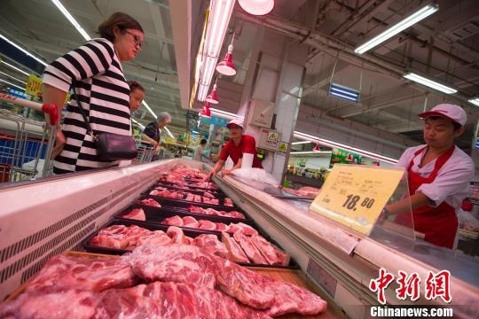 资料图:山西太原,民众在超市购买猪肉。 张云 摄