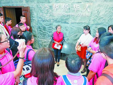 资料图:学生参观华侨博物院。