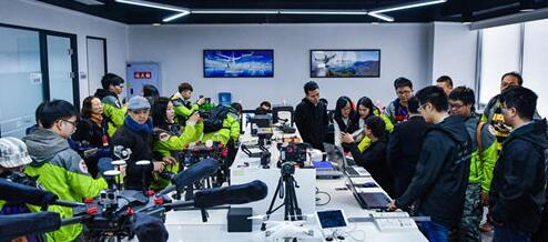 同学们在无人机企业进行采访拍摄工作。(图片来源:四川省台办)