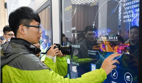 同学们体验园区虚拟屏展示区。(图片来源:四川省台办)