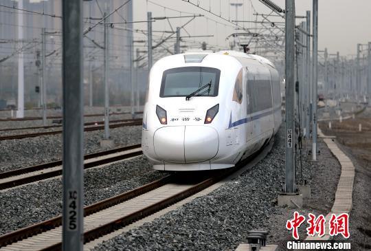 图为列车驶出西安北站。张远 摄