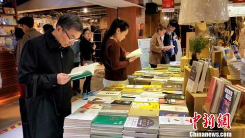 资料图:合肥新华书店三孝口书店生意火爆,众多读者前来挑选书本借阅。
