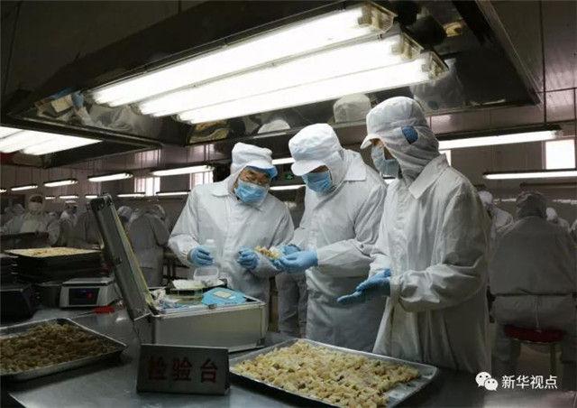 2017年3月14日,河北衡水市食品和市场监督管理局桃城区分局执法人员在抽检一家冷冻食品加工企业生产线上的食品。 新华社记者 王晓 摄