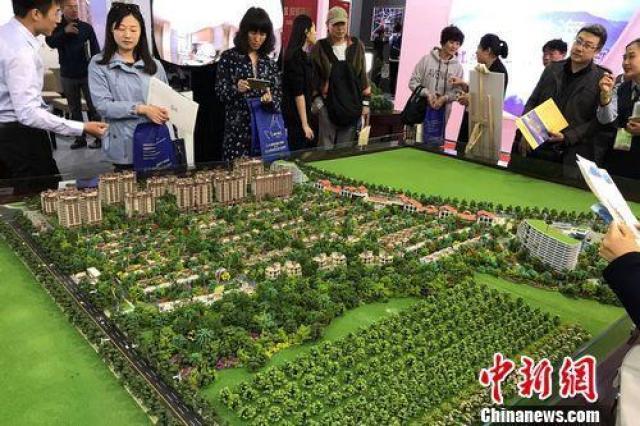 ↑民众在2017年北京春季房展会上的某楼盘展台咨询。