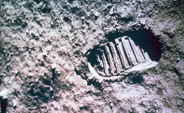 资料图:月球表面,一名宇航员的脚步和足印。