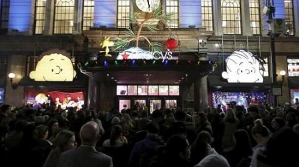 """2015年的""""黑五""""日,美国纽约曼哈顿的梅西百货门外,大量消费者天还没亮就开始排队等候。"""
