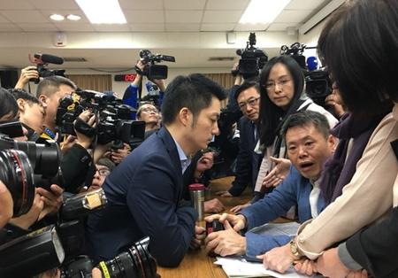 """台湾""""立法院卫环委员会""""审""""一例一休""""。"""