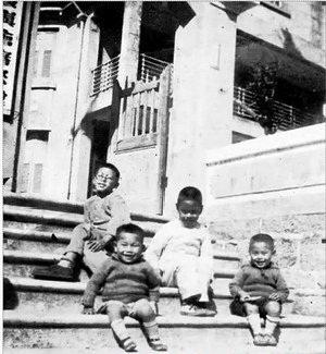 罗忠谌1935年第二度任会审公堂堂长后拍的照片,当时罗孝遵(白色衣服)8岁。