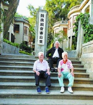 三位年过八旬的老人按照82年前的旧照,重新在会审公堂旧址前留影,最年长的罗孝遵(中间黑色衣服)已有90岁高龄。