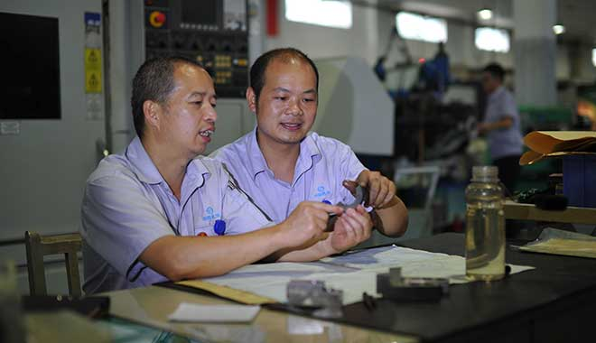 陶安和徒弟研究产品零件加工方法