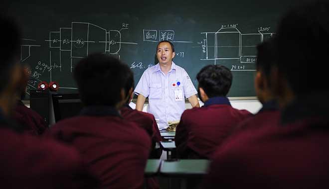 陶安为技校学生上课