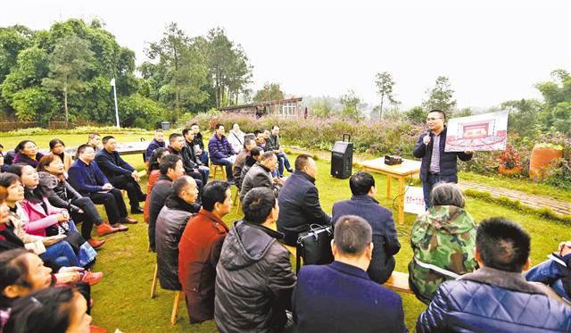 图为宣讲员王诚洁正在给当地群众和企业主代表宣讲十九大精神。 通讯员 苏展 摄