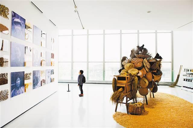游客正在《酉阳农村供销新模式》展台观展。本版图片均由记者谢智强摄