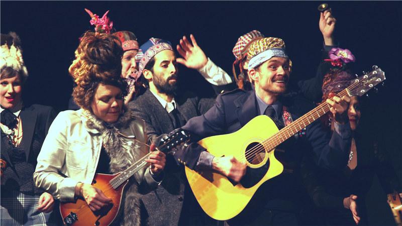 美国运动集市剧团用欢快的动作、舞蹈、歌曲和幽默感将契诃夫的剧作进行了全新演绎